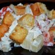 Салат из куриной грудки, помидор, консервированного ананаса и сухариков