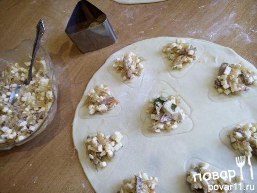 Пирожки с сервелатом, капустой и яйцом