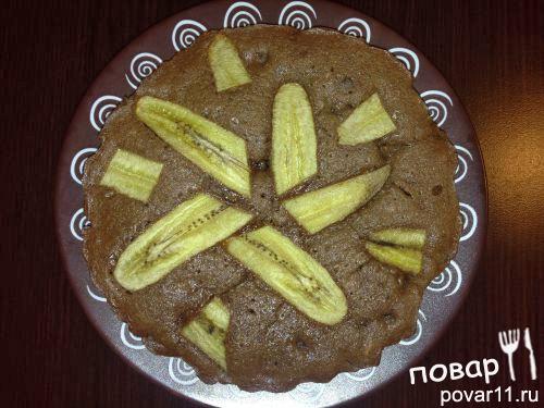 Пирог с кусочками шоколада, орехами и бананом
